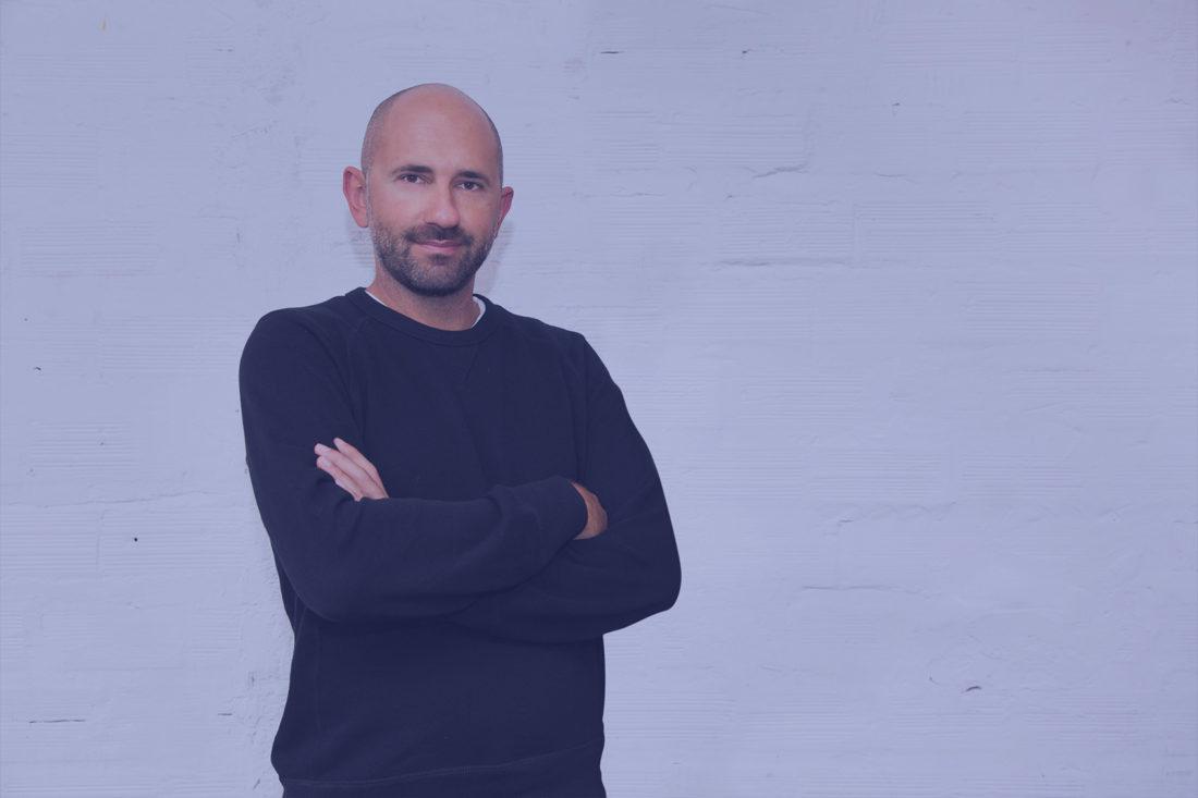 Gilles Reeb devant un mur